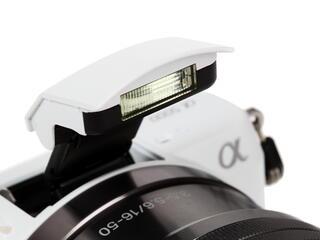 Камера со сменной оптикой Sony Alpha ILCE-5000LW Kit 16-50mm