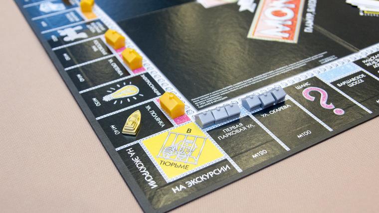 <!----> Обзор настольной игры Монополия 85 лет » гламур, блеск и золотые фишки»»></div> <p>Игровое поле состоит из цветовых наборов недвижимости, таким образом когда игрок собирает полный цветовой набор улиц (недвижимости) рента увеличивается, возникает возможность строить дома.</p> <p> Аналогично на каждой карточке собственности написан прейскурант, сколько стоит постройка дома, отеля и сколько обойдет рента другим участникам, попавшим на данную собственность. Главное условие, нужно строить дома равномерно.</p> <p> После постройки 4 домов на 1 улице, можно построить всего лишь один отель, не больше!</p> <div><img src=