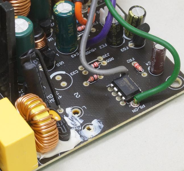 Супервизор Sitronix ST9S313A. Видны зеленый (PC_ON) и серый (Power Good) провода.