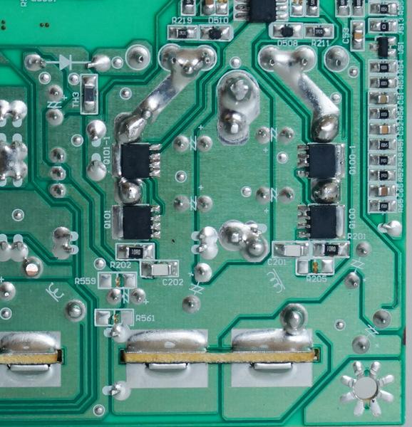 Часто транзисторы расположены на обратной стороне платы, а радиаторы выведены вверх. В данном случае видим четыре PSMN8R3-40YS